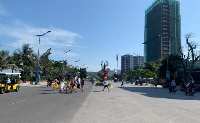Hình ảnh khác lạ tại bãi biển Sầm Sơn trong ngày đầu nghỉ lễ - 8