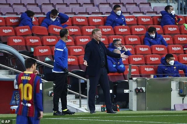 HLV Koeman nói gì sau khi nhận thẻ đỏ trong trận thua sốc của Barcelona? - 1