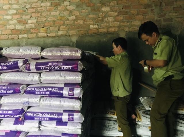 Phát hiện gần 10 tấn phân bón nhập khẩu quên nơi sản xuất - 1