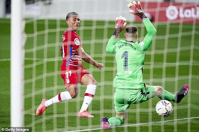 HLV Koeman nói gì sau khi nhận thẻ đỏ trong trận thua sốc của Barcelona? - 3