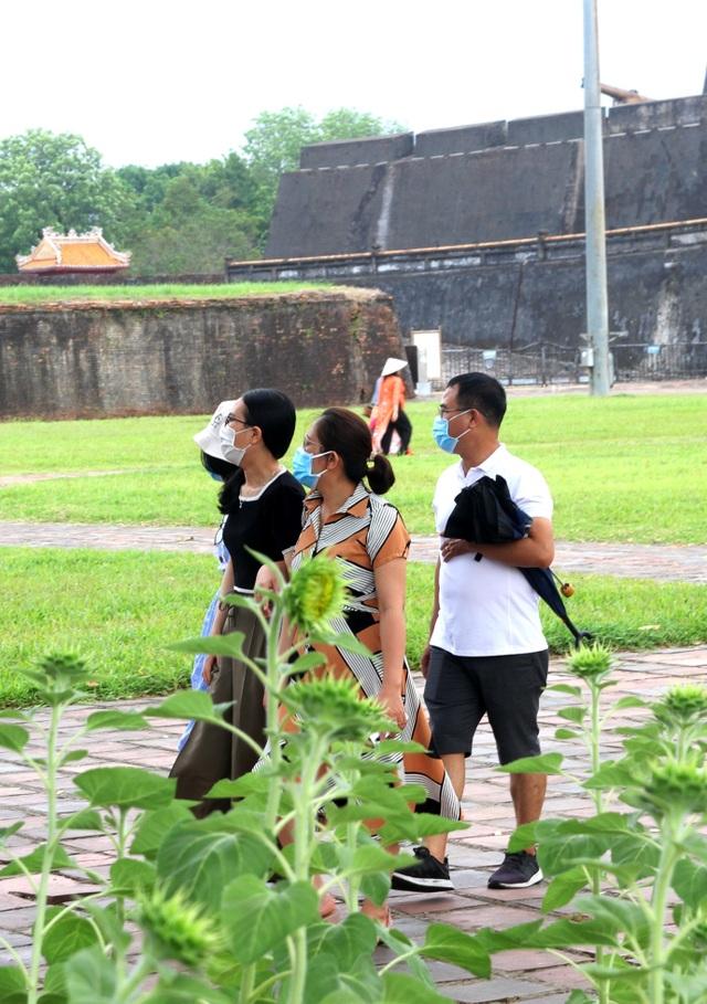 Du khách bịt khẩu trang kín mít tham quan cố đô Huế - 12
