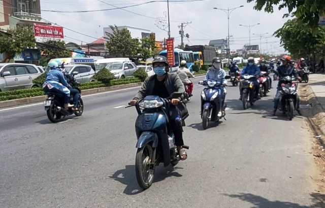Ô tô, xe máy rồng rắn nối đuôi, đường về miền Tây ùn tắc nghiêm trọng - 3