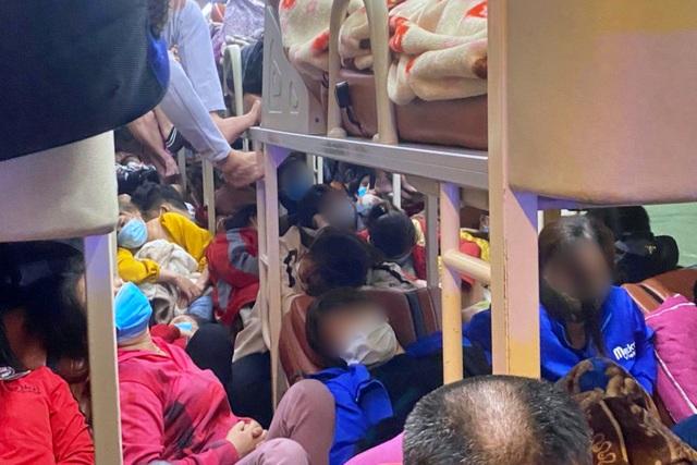 Hành khách cầu cứu CSGT vì xe ô tô 38 chỗ nhồi… gần 100 người! - 1