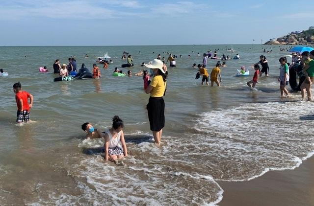 Hình ảnh khác lạ tại bãi biển Sầm Sơn trong ngày đầu nghỉ lễ - 1