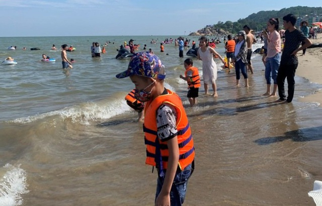 Hình ảnh khác lạ tại bãi biển Sầm Sơn trong ngày đầu nghỉ lễ - 4