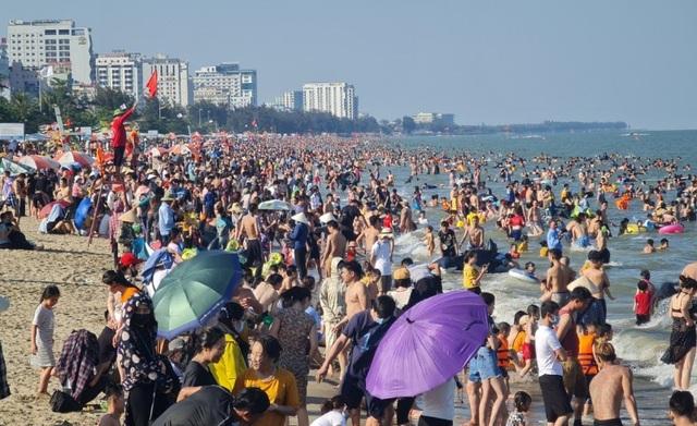 Sầm Sơn đảo chiều: Du khách ùn ùn đổ về, bãi biển ken đặc người - 3