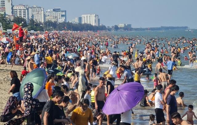 Sầm Sơn đảo chiều: Du khách ùn ùn đổ về, bãi biển ken đặc người - 4