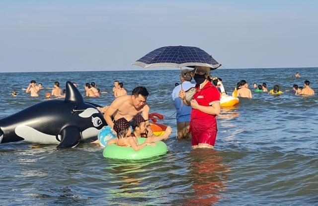 Sầm Sơn đảo chiều: Du khách ùn ùn đổ về, bãi biển ken đặc người - 11
