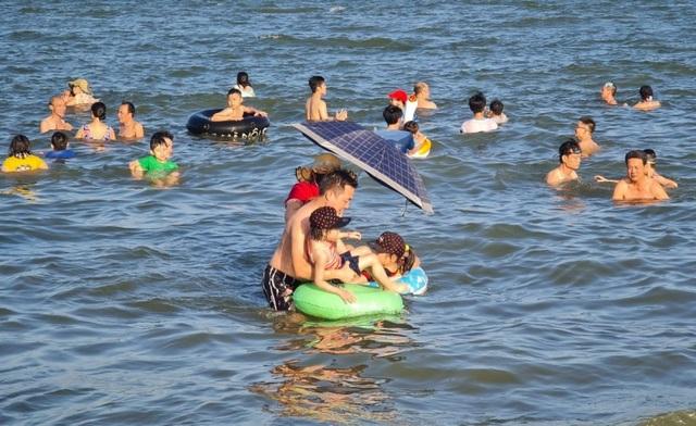Sầm Sơn đảo chiều: Du khách ùn ùn đổ về, bãi biển ken đặc người - 10