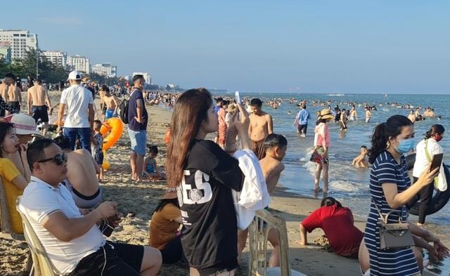 Sầm Sơn đảo chiều: Du khách ùn ùn đổ về, bãi biển ken đặc người - 9