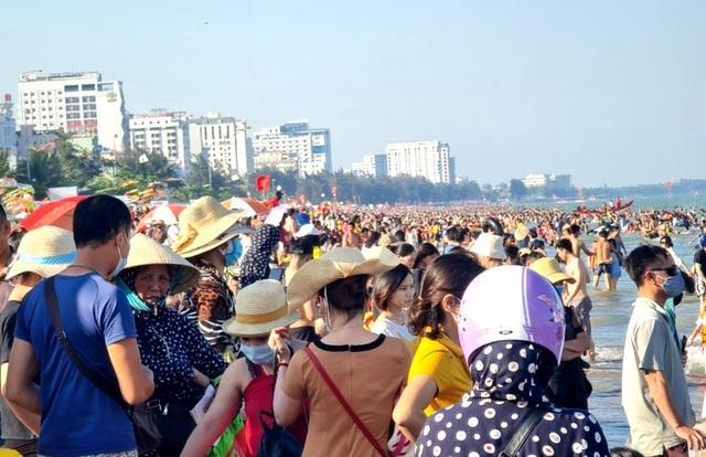 Sầm Sơn đảo chiều: Du khách ùn ùn đổ về, bãi biển ken đặc người - 5