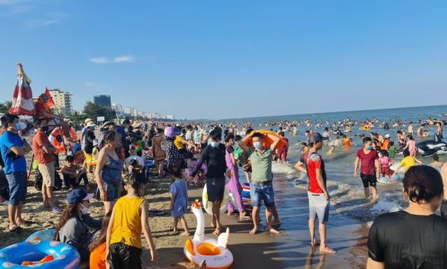 Sầm Sơn đảo chiều: Du khách ùn ùn đổ về, bãi biển ken đặc người - 6
