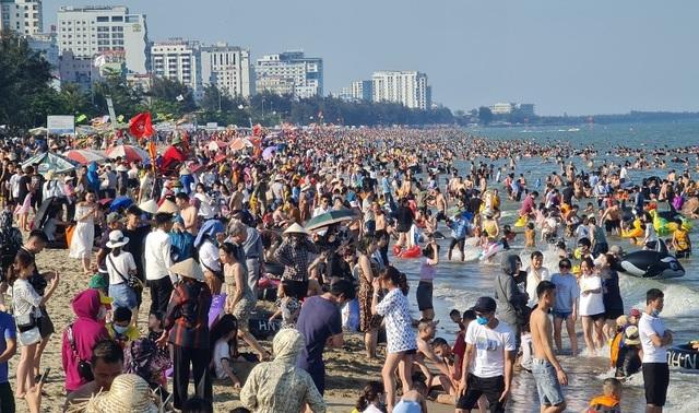 Biển Sầm Sơn vắng lặng, hàng loạt người bị xử phạt vì không đeo khẩu trang - 1