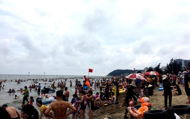 Bãi biển Sầm Sơn vẫn đông nghịt người, thành phố ra công văn khẩn - 4