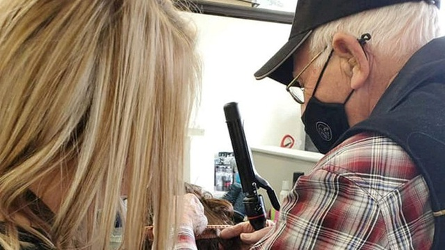 Chồng 79 tuổi học trang điểm để làm đẹp cho vợ - 1