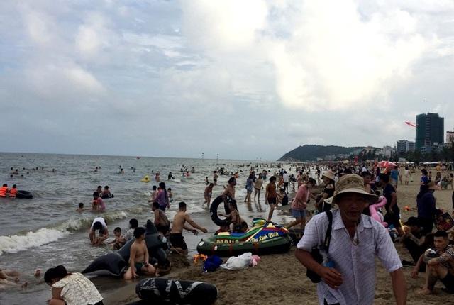Bãi biển Sầm Sơn vẫn đông nghịt người, thành phố ra công văn khẩn - 3