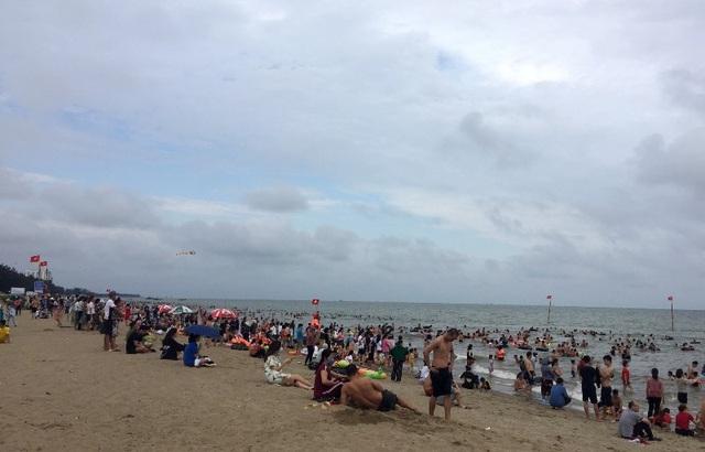 Bãi biển Sầm Sơn vẫn đông nghịt người, thành phố ra công văn khẩn - 1