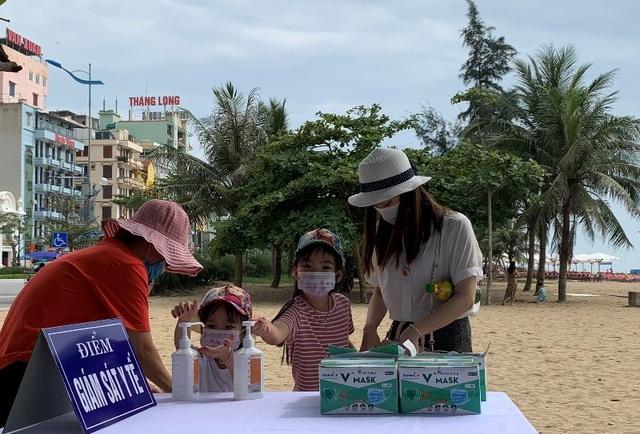 Bãi biển Sầm Sơn vẫn đông nghịt người, thành phố ra công văn khẩn - 2