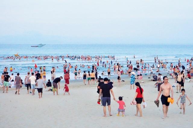Đà Nẵng: Bãi biển đông người, khu vui chơi lại vắng lặng trong ngày lễ - 1