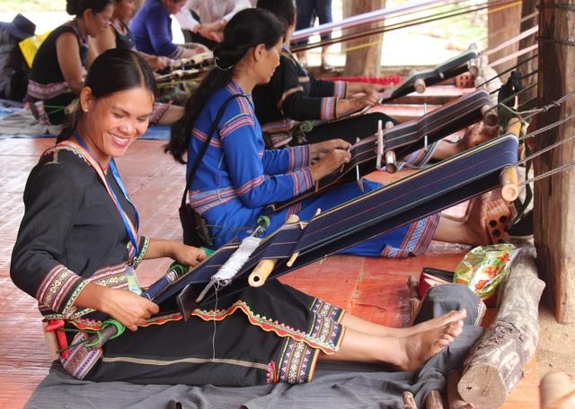 Bà con Ba Na chung tay lưu giữ nghề dệt thổ cẩm truyền thống - 1