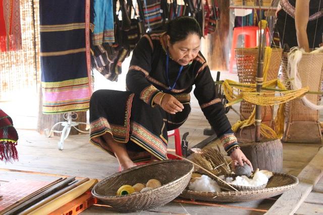 Bà con Ba Na chung tay lưu giữ nghề dệt thổ cẩm truyền thống - 4