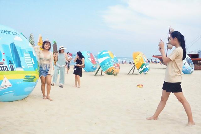 Đà Nẵng: Bãi biển đông người, khu vui chơi lại vắng lặng trong ngày lễ - 2