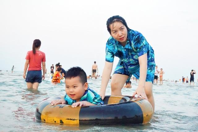 Đà Nẵng: Bãi biển đông người, khu vui chơi lại vắng lặng trong ngày lễ - 3