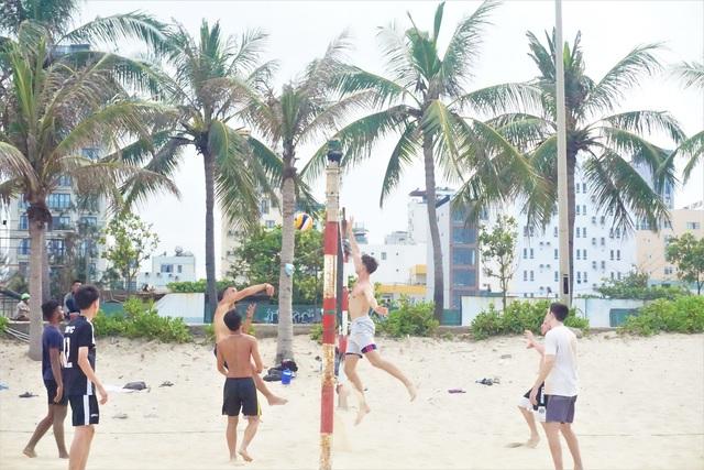 Đà Nẵng: Bãi biển đông người, khu vui chơi lại vắng lặng trong ngày lễ - 4
