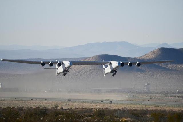 Máy bay lớn nhất thế giới trở lại bầu trời sau 2 năm ở ẩn - 6