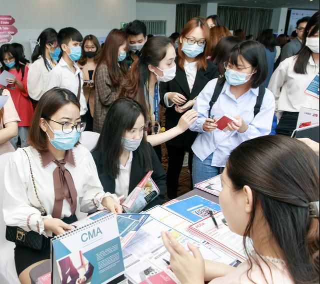 Mức lương, việc làm phụ thuộc vào ngoại ngữ và kỹ năng mềm của sinh viên - 1