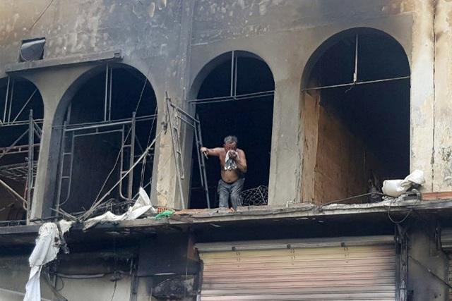 Hai người ám khói đen toàn thân bất ngờ bước ra từ đám cháy chung cư - 3