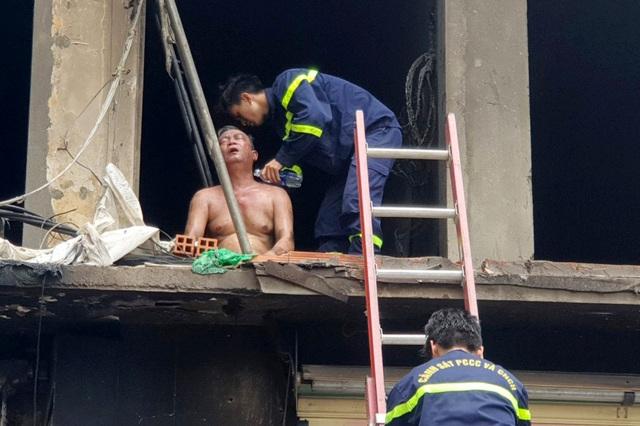 Hai người ám khói đen toàn thân bất ngờ bước ra từ đám cháy chung cư - 4