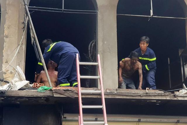 Hai người ám khói đen toàn thân bất ngờ bước ra từ đám cháy chung cư - 5