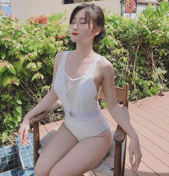 Hội gái xinh yêu cầu thủ Việt khoe dáng nóng bỏng với bikini - 1