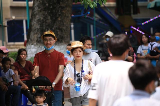 Hàng nghìn người đổ về công viên nghỉ lễ nhưng quên đeo khẩu trang - 2