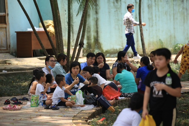 Hàng nghìn người đổ về công viên nghỉ lễ nhưng quên đeo khẩu trang - 3