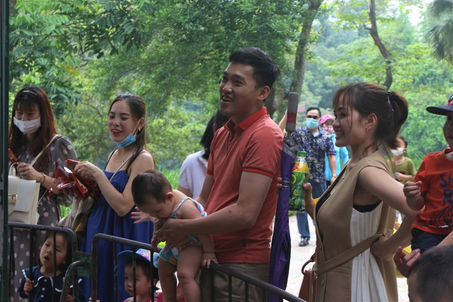 Hàng nghìn người đổ về công viên nghỉ lễ nhưng quên đeo khẩu trang - 4