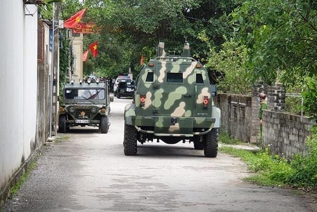 Nhận được tin báo, Công an Nghệ An đã huy động lực lượng cùng xe đặc chủng, thiết bị nghiệp vụ nhanh chóng có mặt tại hiện trường.jpeg