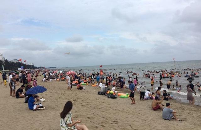 Bãi biển Sầm Sơn vẫn đông nghịt người, thành phố ra công văn khẩn - 5