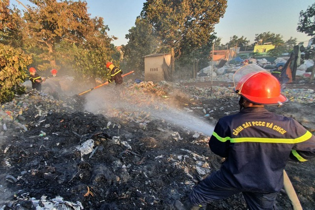 Bãi chứa phế liệu nằm trong khu dân cư bốc cháy ngùn ngụt - 2