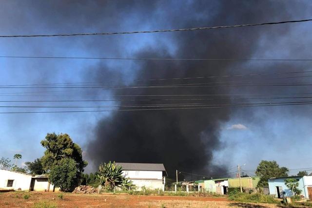 Bãi chứa phế liệu nằm trong khu dân cư bốc cháy ngùn ngụt - 1