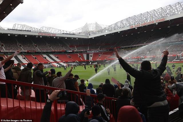 Old Trafford vỡ sân vì nhóm cổ động viên quá khích của Man Utd - 13