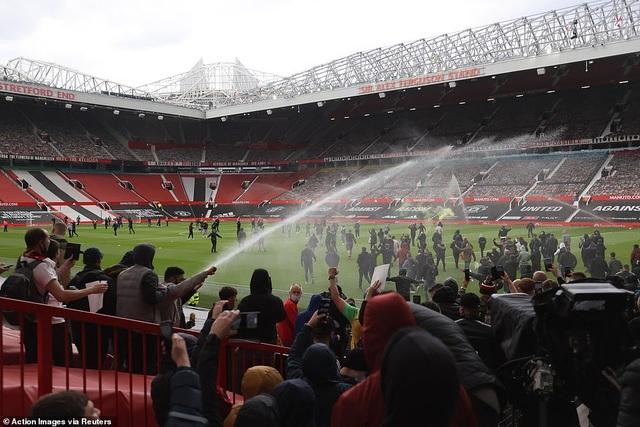 Old Trafford vỡ sân vì nhóm cổ động viên quá khích của Man Utd - 12