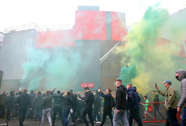 Old Trafford vỡ sân vì nhóm cổ động viên quá khích của Man Utd - 4
