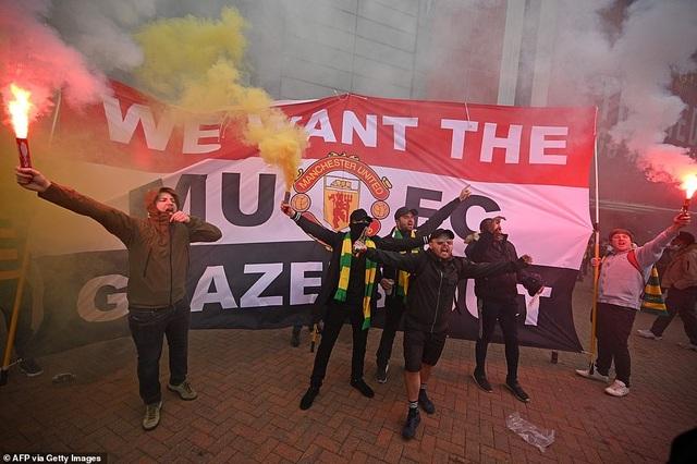 Old Trafford vỡ sân vì nhóm cổ động viên quá khích của Man Utd - 7
