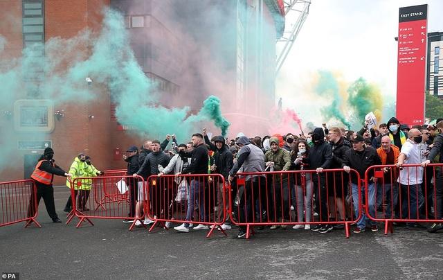 Old Trafford vỡ sân vì nhóm cổ động viên quá khích của Man Utd - 6