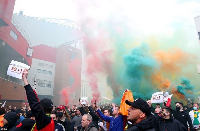 Old Trafford vỡ sân vì nhóm cổ động viên quá khích của Man Utd - 2
