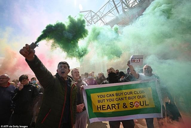Old Trafford vỡ sân vì nhóm cổ động viên quá khích của Man Utd - 3
