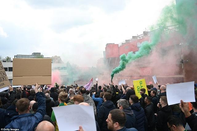 Old Trafford vỡ sân vì nhóm cổ động viên quá khích của Man Utd - 10