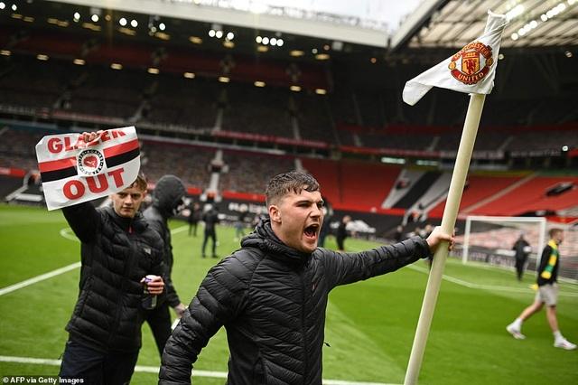 Man Utd lên tiếng sau vụ cổ động viên nổi loạn ở sân Old Trafford - 2